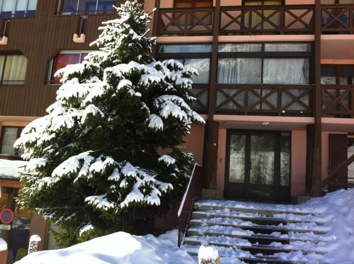 Location de vacances - Studio à La Foux d'Allos - l'entrée du Chalet enneigée;