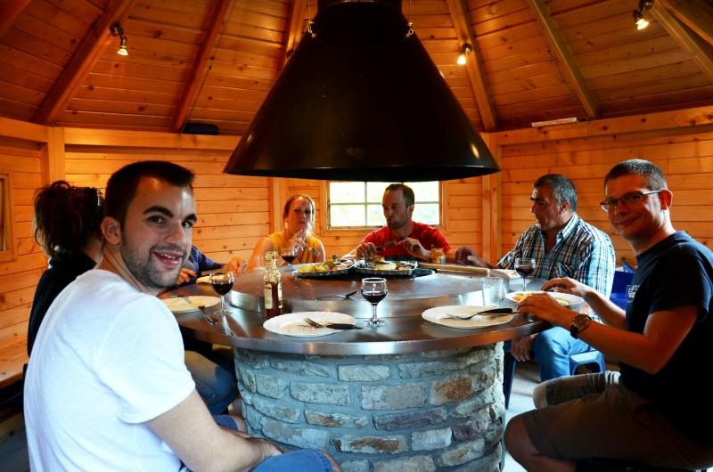 Location de vacances - Gîte à Malmedy - La cabane-barbecue : un beau moment à passer autour du feu, en toute saison !