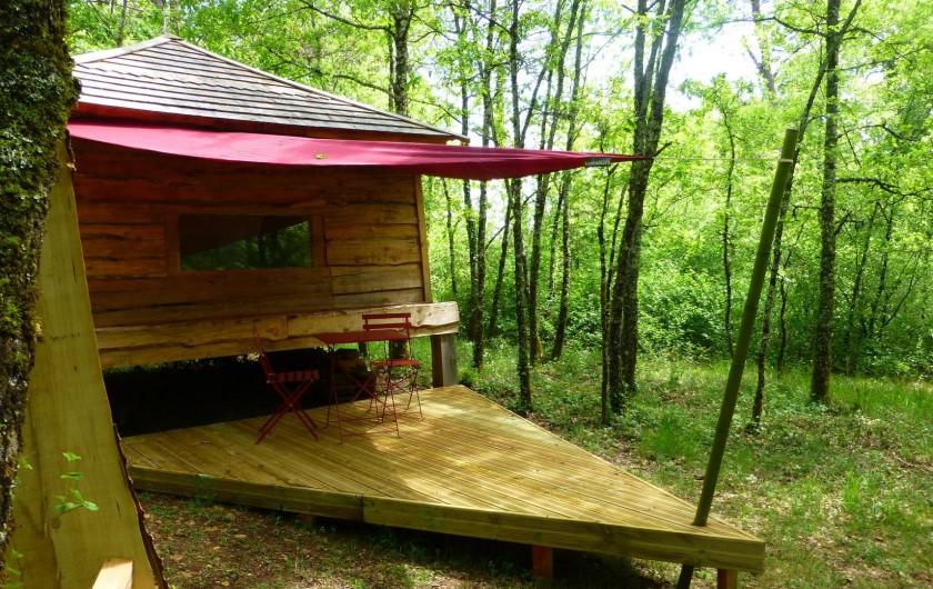 """Location de vacances - Gîte à Aubas - La cabane """"Milarepa""""et sa terrasse."""
