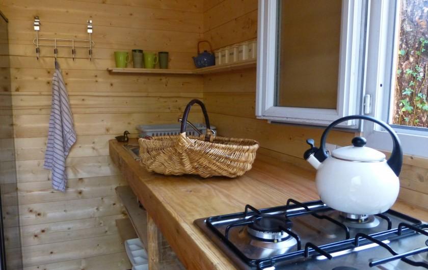 Location de vacances - Gîte à Aubas - La cuisine des cabanes: pour préparer petits déjeuners et plats d'été à déguster
