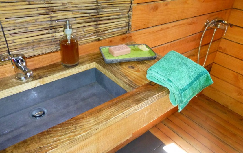 Location de vacances - Gîte à Aubas - La salle d'eau: douche à l'italienne, lavabo, et produits écologiques.