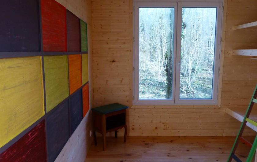 """Location de vacances - Gîte à Aubas - La chambre enfant """"Sherpa"""" colorée, avec ses lits superposés."""