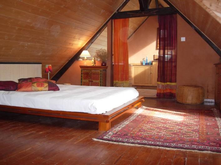 Location de vacances - Gîte à Aubas - La chambre du gîte au premier étage, le bain bouillonnant est attenant.
