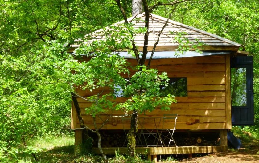 """Location de vacances - Gîte à Aubas - Posée dans le bois la cabane """"Amma"""" vous accueille très confortablement."""