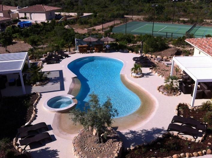 Location de vacances - Villa à Lecci - Vue d'ensemble avec le tennis et le terrain de pétanque