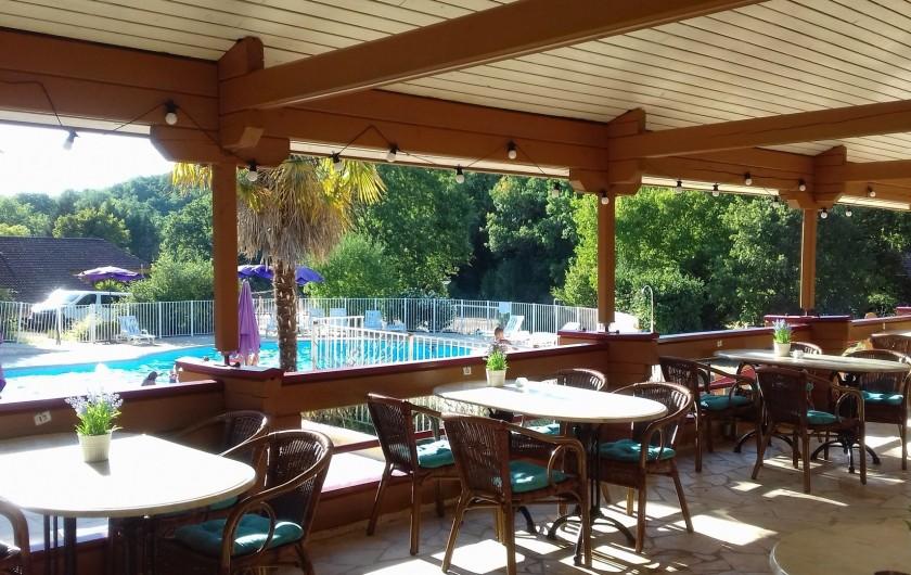 Location de vacances - Chalet à Mauroux - Terrasse bar avec vue sur la piscine