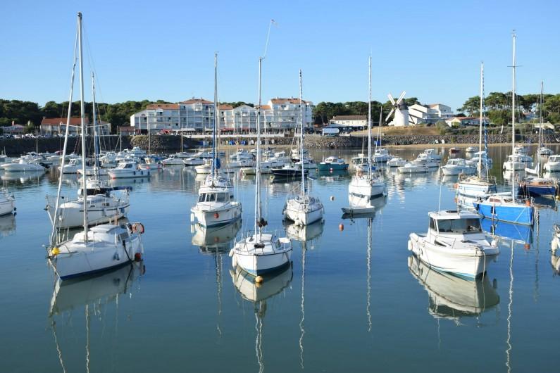 """Location de vacances - Studio à Jard-sur-Mer - La résidence """"Les balcons du port"""" vue de la digue du port"""