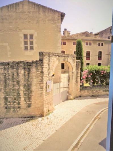Location de vacances - Maison - Villa à Saint-Rémy-de-Provence - Vue de la fenêtre de la chambre principale.