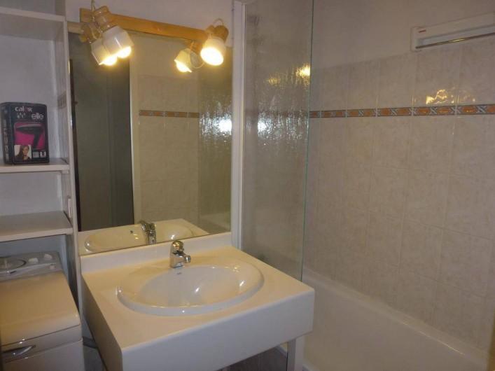 Location de vacances - Appartement à Bourg-Saint-Maurice - salle de bains : lavabo, baignoire