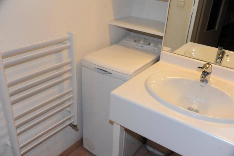Location de vacances - Appartement à Bourg-Saint-Maurice - salle de bains : lavabo, machine à laver le linge