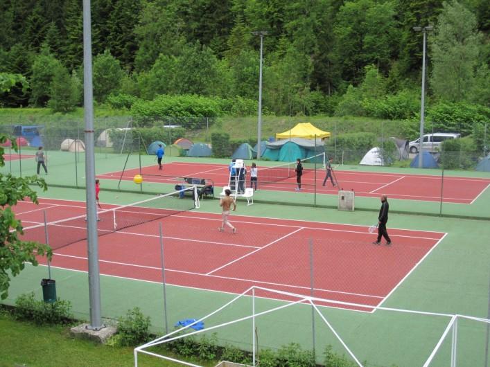 Location de vacances - Bungalow - Mobilhome à Nantua - Terrain de tennis