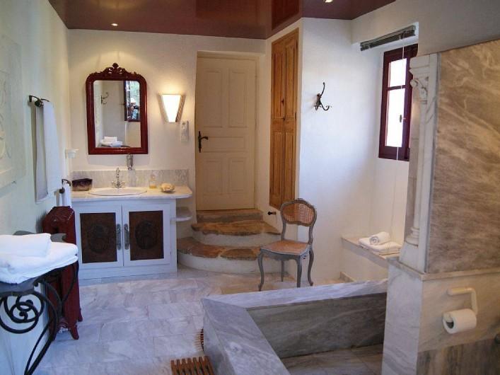 Location de vacances - Villa à Kassiopi - Villa Alexia. La salle de bains.
