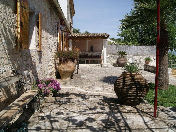 Location de vacances - Villa à Kassiopi - Villa Alexia. La terrasse. Coin repos au fond.