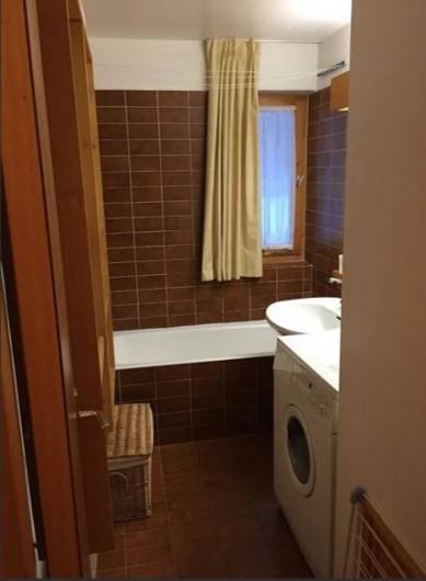 Location de vacances - Appartement à Méribel - Une salle de bain avec une machine à laver le linge