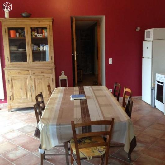 Location de vacances - Maison - Villa à Saint-Julien-Labrousse - pièce de vie avec grande baie vitrée donnant sur terrasse et sur la vallée