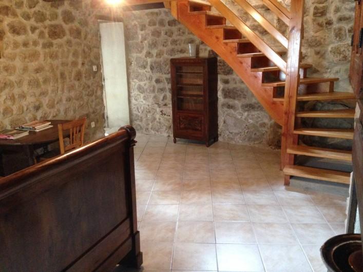 Location de vacances - Maison - Villa à Saint-Julien-Labrousse - la chambre murs de pierre d'où part l'escalier