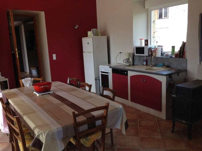 Location de vacances - Maison - Villa à Saint-Julien-Labrousse - grande pièce de vie avec le coin cuisine