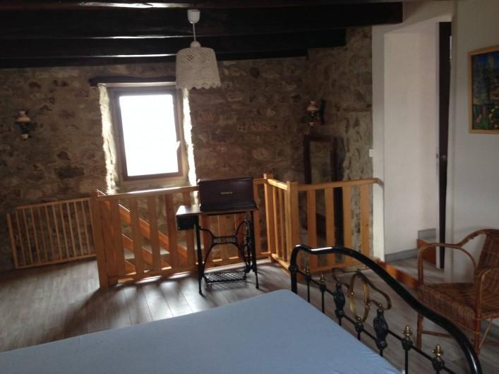 Location de vacances - Maison - Villa à Saint-Julien-Labrousse - en haut de l'escalier palier qui dessert 3 chambres