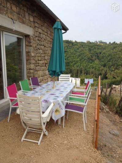 Location de vacances - Maison - Villa à Saint-Julien-Labrousse - la terrasse pour prendre vos repas en regardant la vallée