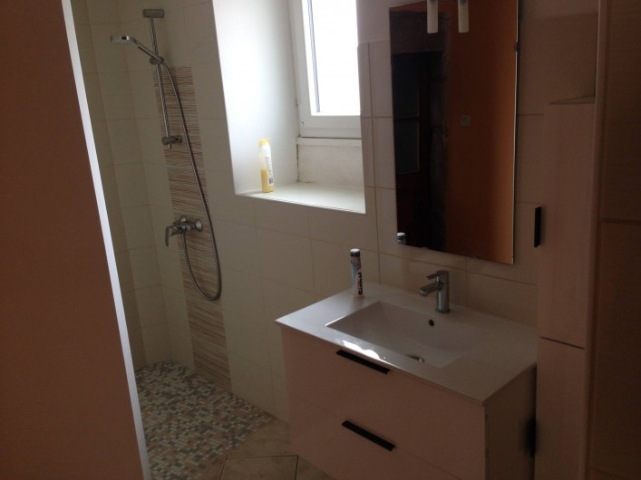 Location de vacances - Maison - Villa à Saint-Julien-Labrousse - salle de bain avec douche italienne et WC