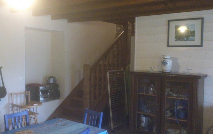 Location de vacances - Maison - Villa à Le Cleu - coin salle à manger et escalier menant à l'étage