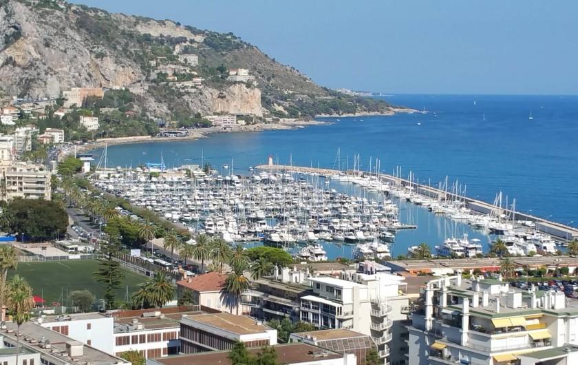 Location de vacances - Appartement à Menton - Vue générale du port de plaisance de Menton côté frontière italienne.