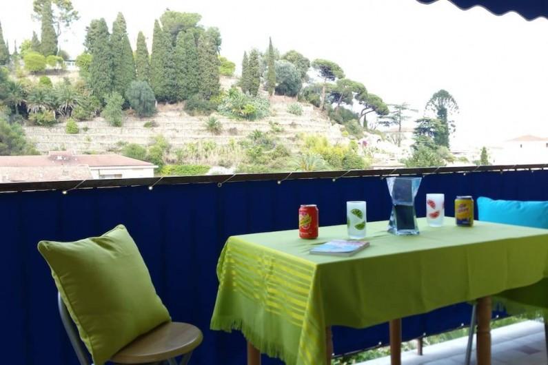 Location de vacances - Appartement à Menton - Tables avec allonges pour profiter d'un moment de détente sur la terrasse.