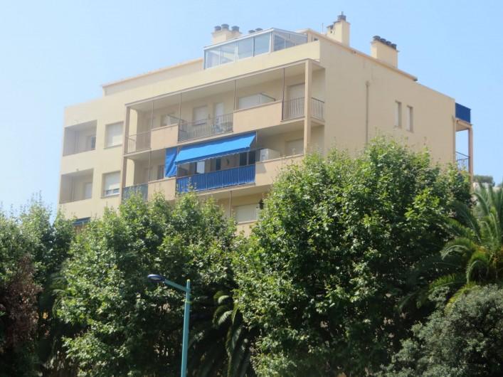 Location de vacances - Appartement à Menton - Appartement au 5° étage avec stores et garde corps de couleur bleue.
