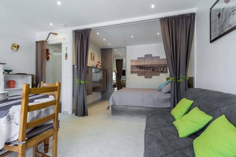 Location de vacances - Appartement à Menton - Vue générale de la pièce à vivre et de la chambre avec Rideau occultant.