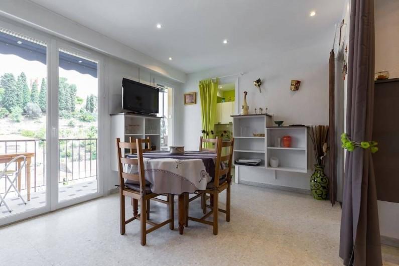 Location de vacances - Appartement à Menton - TV grand écran numérique. Nombreux rangements. Accès cuisine.