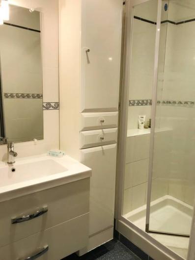 Location de vacances - Appartement à Cassis - SALLE DE DOUCHE CONFORTABLE