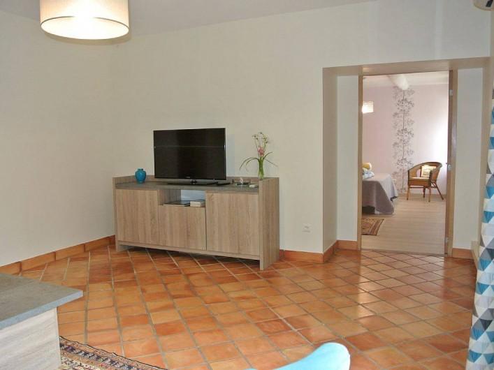 Location de vacances - Appartement à Caderousse - Coin TV et accès à la chambre