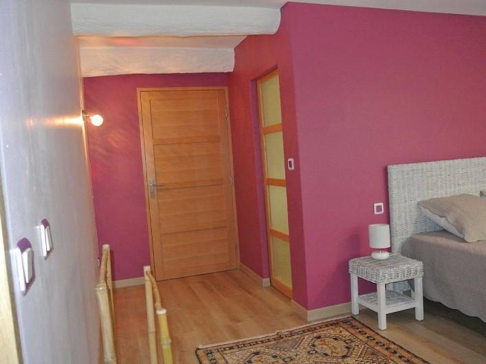 Location de vacances - Appartement à Caderousse - La chambre donne sur le dressing (porte de droite) et la salle de bain (en face)