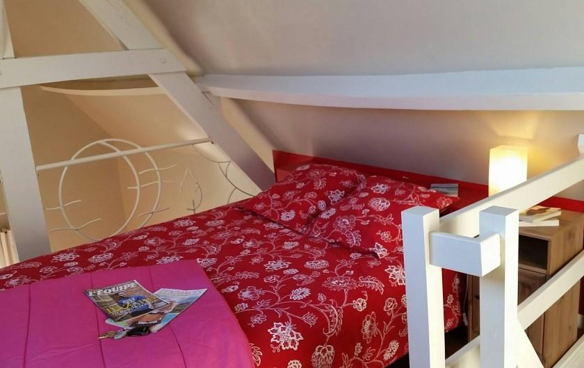 Location de vacances - Gîte à Widehem - Couleurs douces et apaisantes de la chambre en mezzanine