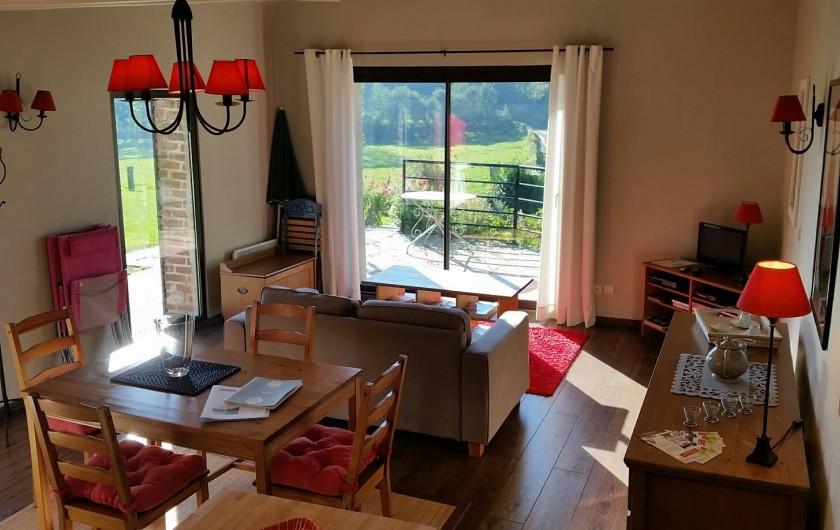 Location de vacances - Gîte à Widehem - Vue d'ensemble du séjour ''média'' et vue par une large baie vitrée