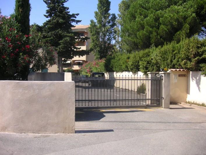 Location de vacances - Appartement à Fréjus Plage - entrée résidence, place de parking