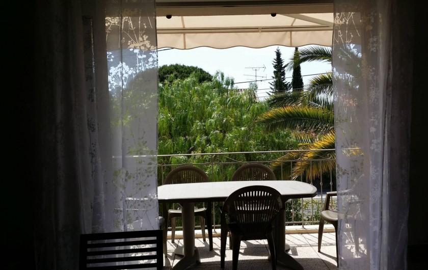 Location de vacances - Appartement à Fréjus Plage - vue sur terrasse du salon