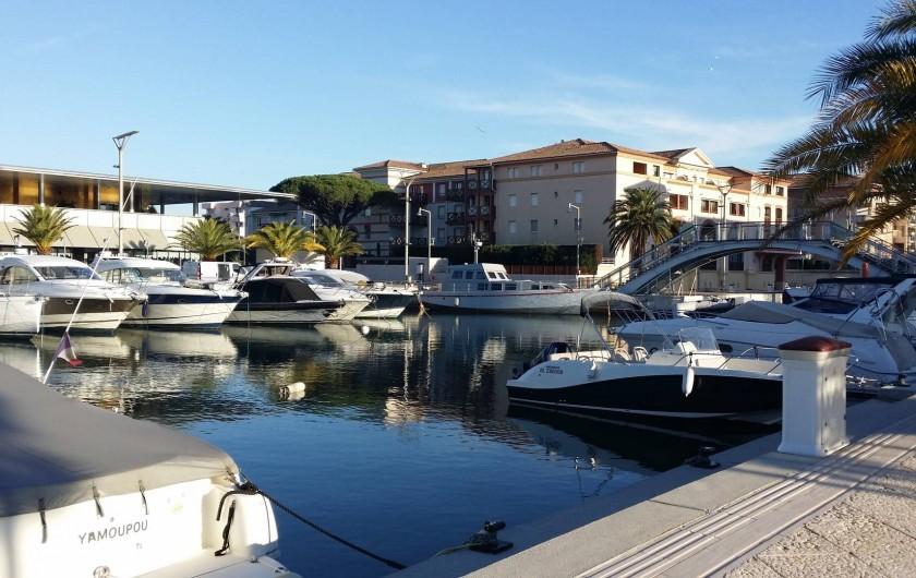 Location de vacances - Appartement à Fréjus Plage - port et casino de fréjus a 500 m