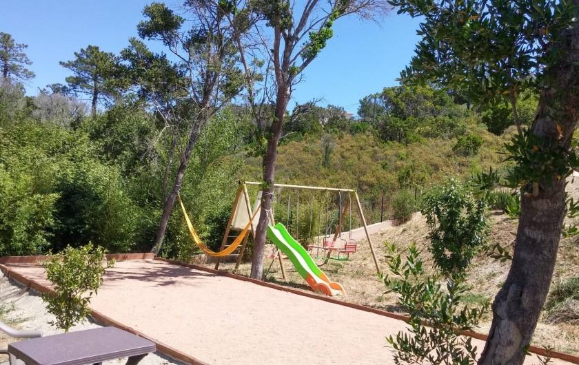 Location de vacances - Villa à Favone - Portique de jeux pour jeunes enfants et terrain de pétanque pour grands enfants