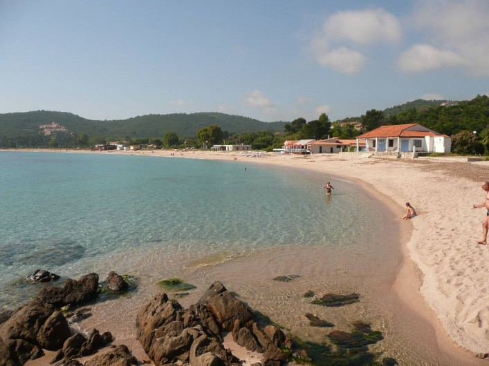 Location de vacances - Villa à Favone - Grande plage de sable fin de Favone à 10 mn à pieds de la villa