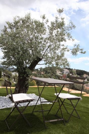 Location de vacances - Chambre d'hôtes à Bandol - Petit déjeuner sous l'olivier