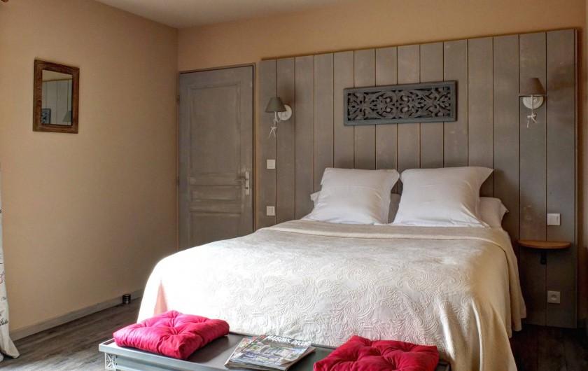 Location de vacances - Chambre d'hôtes à Mauzac-et-Grand-Castang - Chambre du bas avec terrasse privative ,vue sur le jardin & piscine