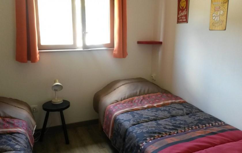 Location de vacances - Gîte à La Bresse - chambre avec 2 lits  ave à l'étage des toilettes individuelles