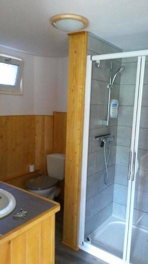 Location de vacances - Gîte à La Bresse - salle de bain avec grande douche + un deuxième toilette