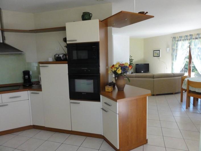 Location de vacances - Villa à Sanguinet - la cuisine ouverte sur le séjour