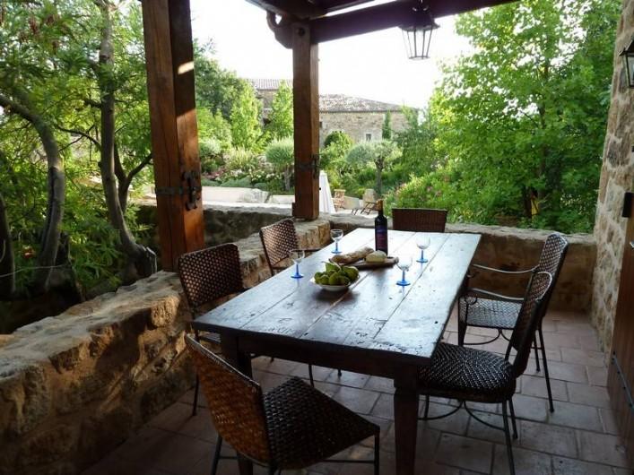 Location de vacances - Gîte à Rosières - Terrasse avec vue sur la piscine