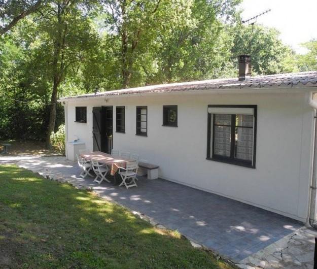 Location de vacances - Maison - Villa à Bidart - terrasse arrière à l'ombre des grands chenes pour l'après midi et la soirée