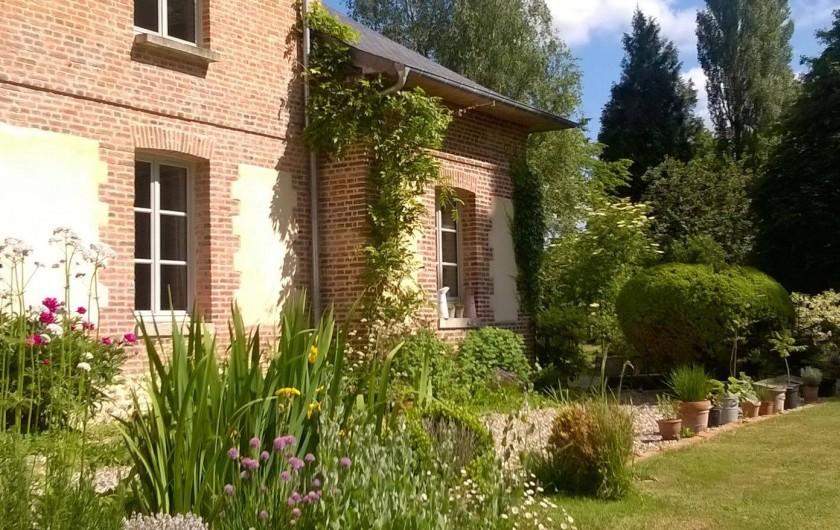 Location de vacances - Chambre d'hôtes à Bois-Guilbert - de nombreuses plantes et une façade sud typique en briques de St Jean