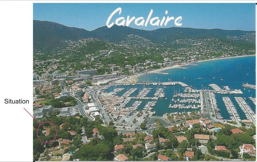 Location de vacances - Villa à Cavalaire-sur-Mer - Vue aérienne de la ville, du port et de la mer  avec  situation de la propriété