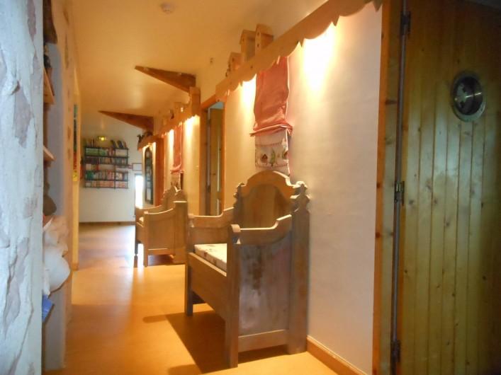 Location de vacances - Gîte à Gras - Le couloir desservant les 5 chambres à l'étage.